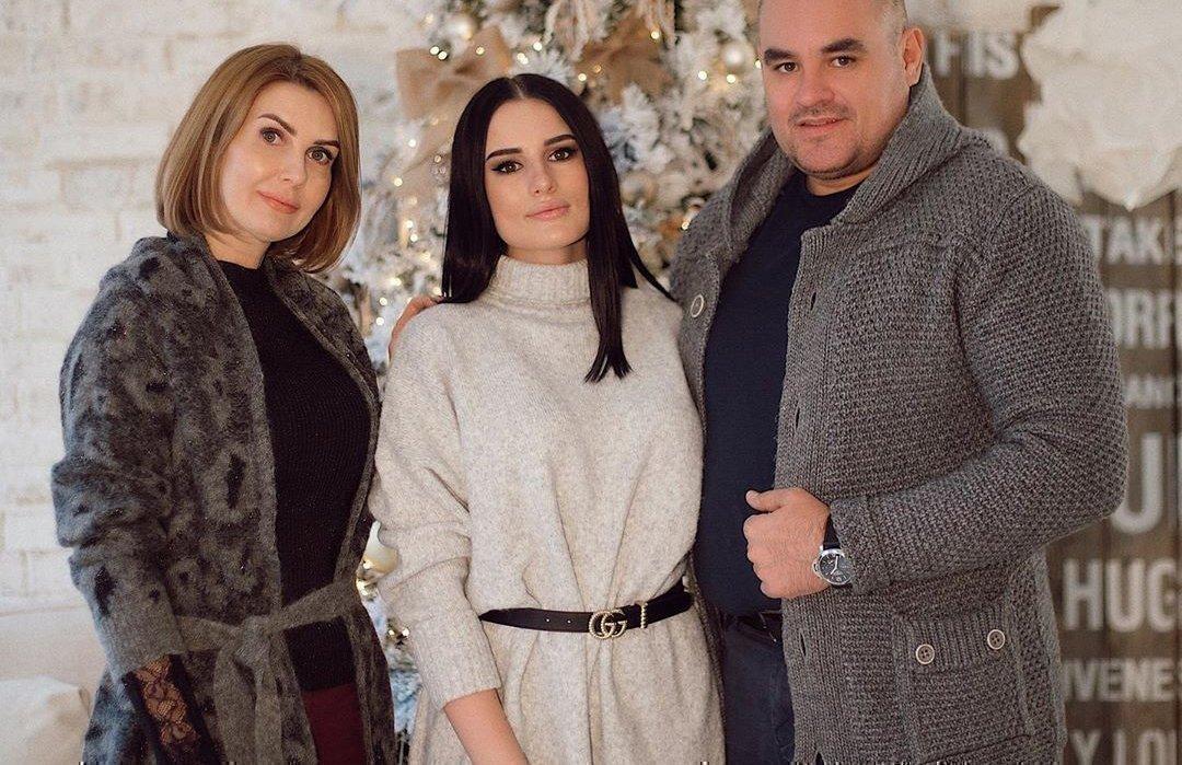 Карина Аракелян с родителями