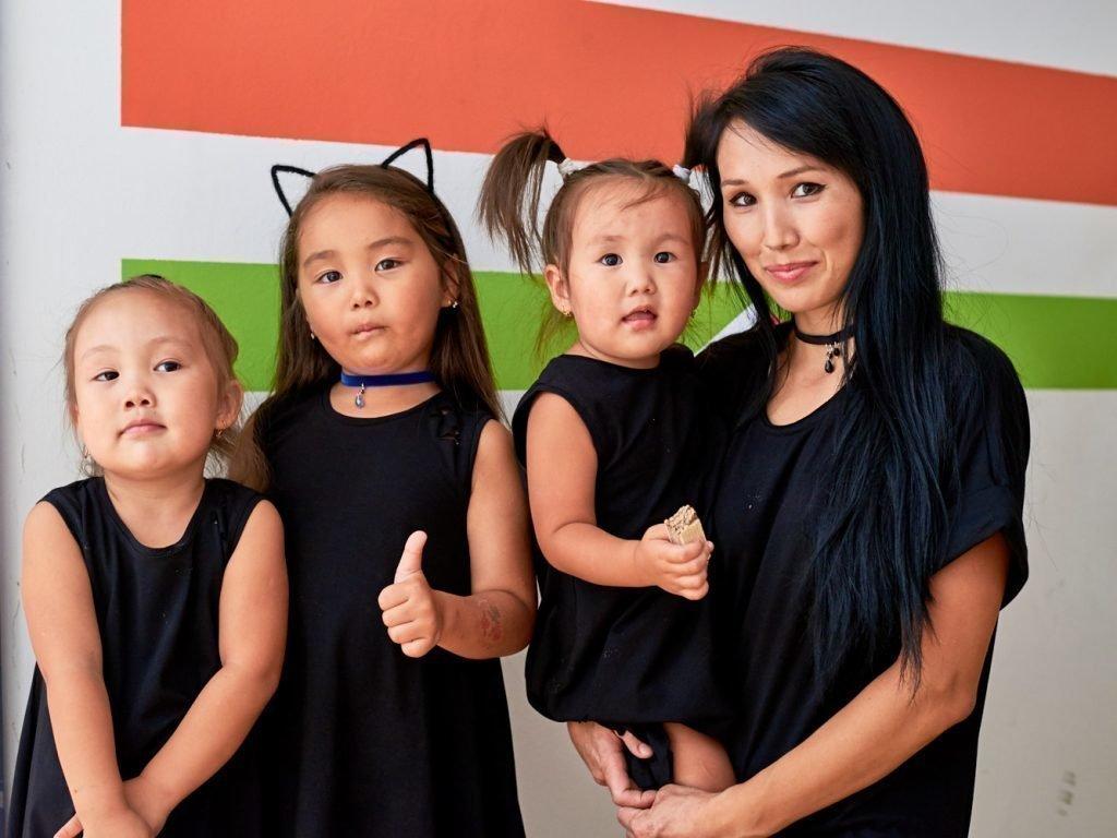 Аминка Витаминка с мамой и сестрами