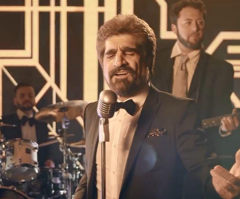 Джах Арут - певец на сцене