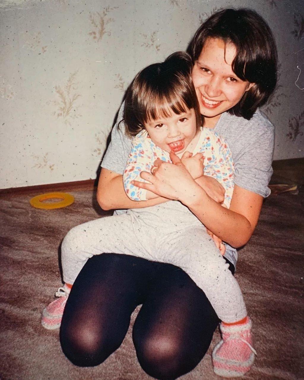 https://kumir.online/wp-content/uploads/2020/01/Даша-Instasamka12.jpg в детстве с мамой