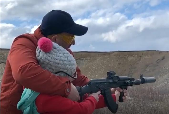 Георгий учит дочку стрелять