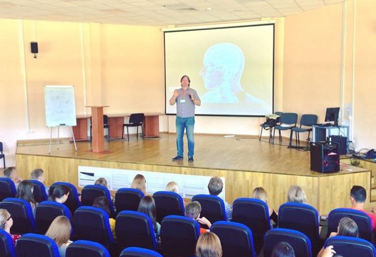 Василий Ключарев читает лекцию