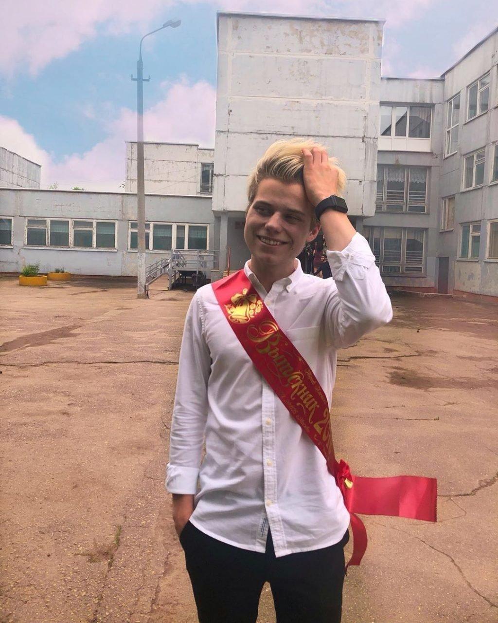 Леша Янгер у школы