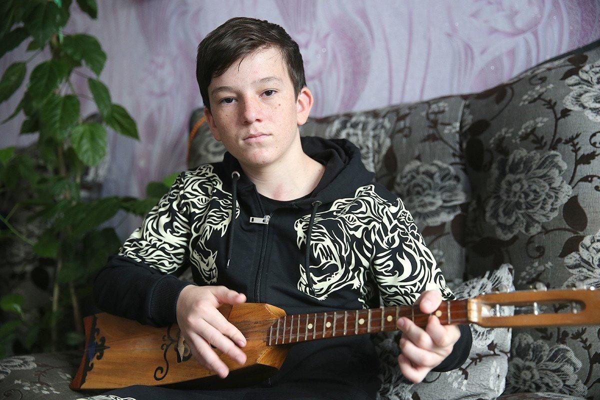 Юсуп Алиев с гитарой