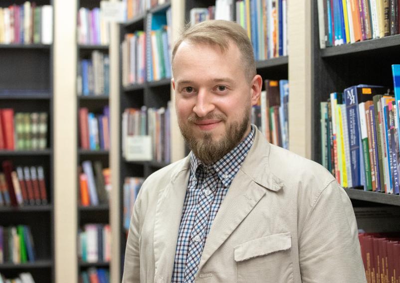 Ведущий Олег Робинов