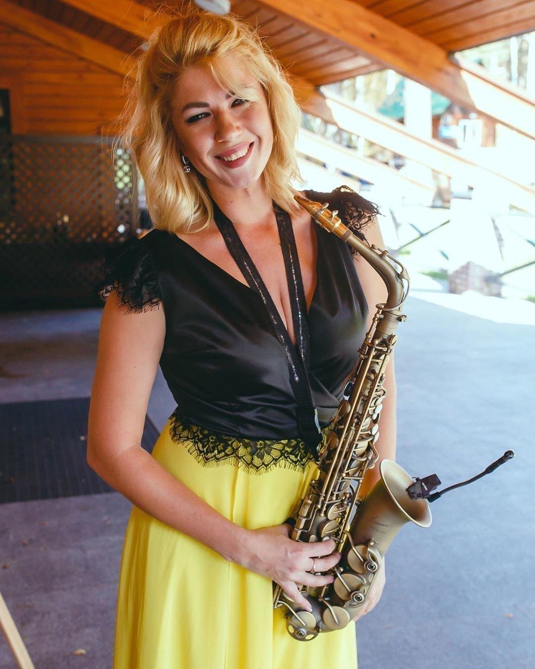 Анастасия Высоцкая с саксофоном