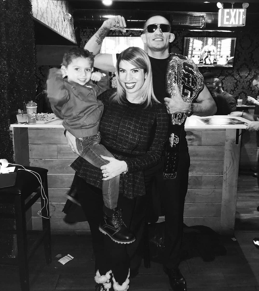 Тони Фергюсон с женой и сыном