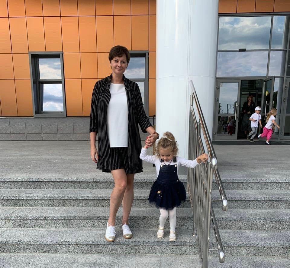 Виктория Талышевская с мужем с дочкой