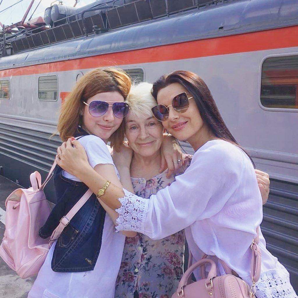 Наталья Зотова с мамой и дочерью