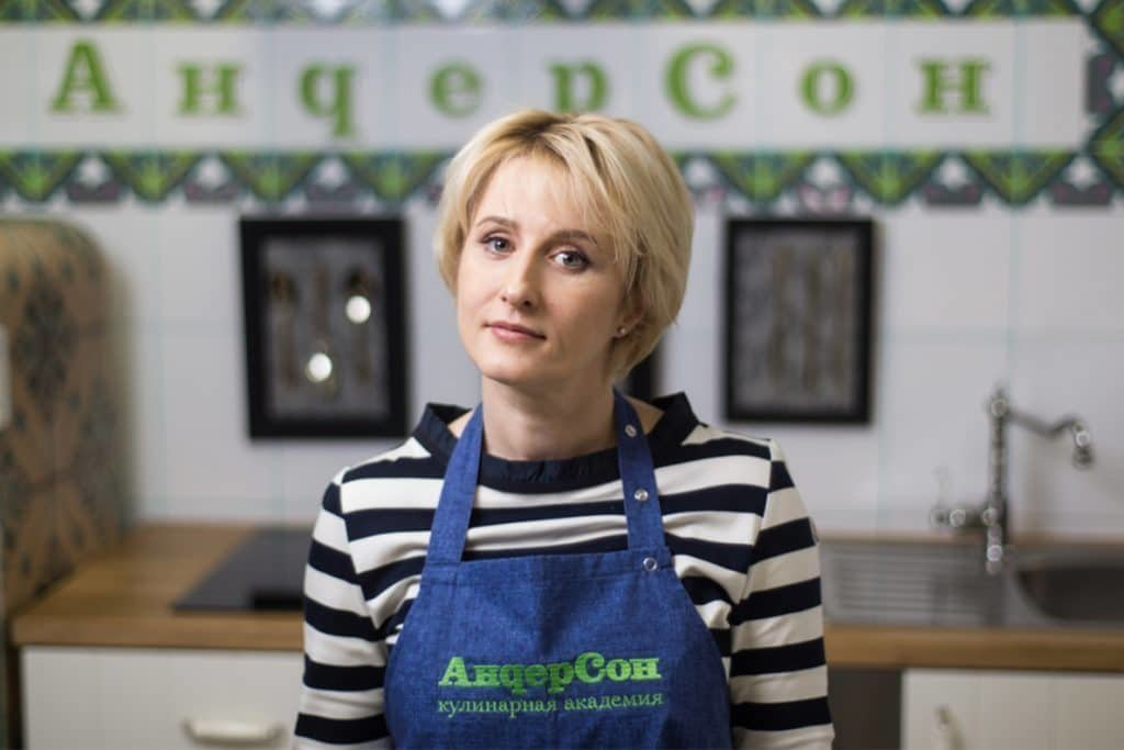 Анастасия Татулова в кафе