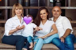 Ксения Дели с дочерью и родителями