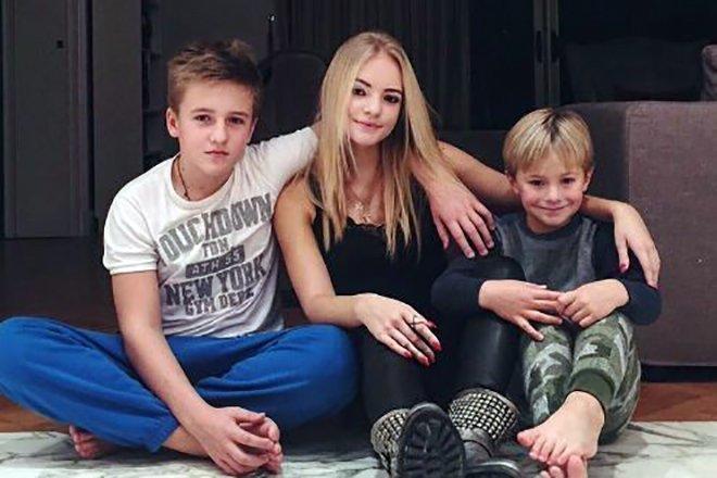 Лиза Пескова с братьями