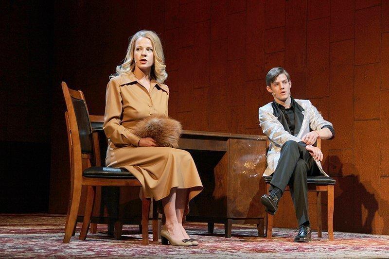 Ребенок с мужем в театре