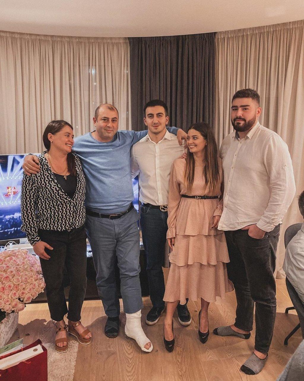 Карина Каспарянц с родителями