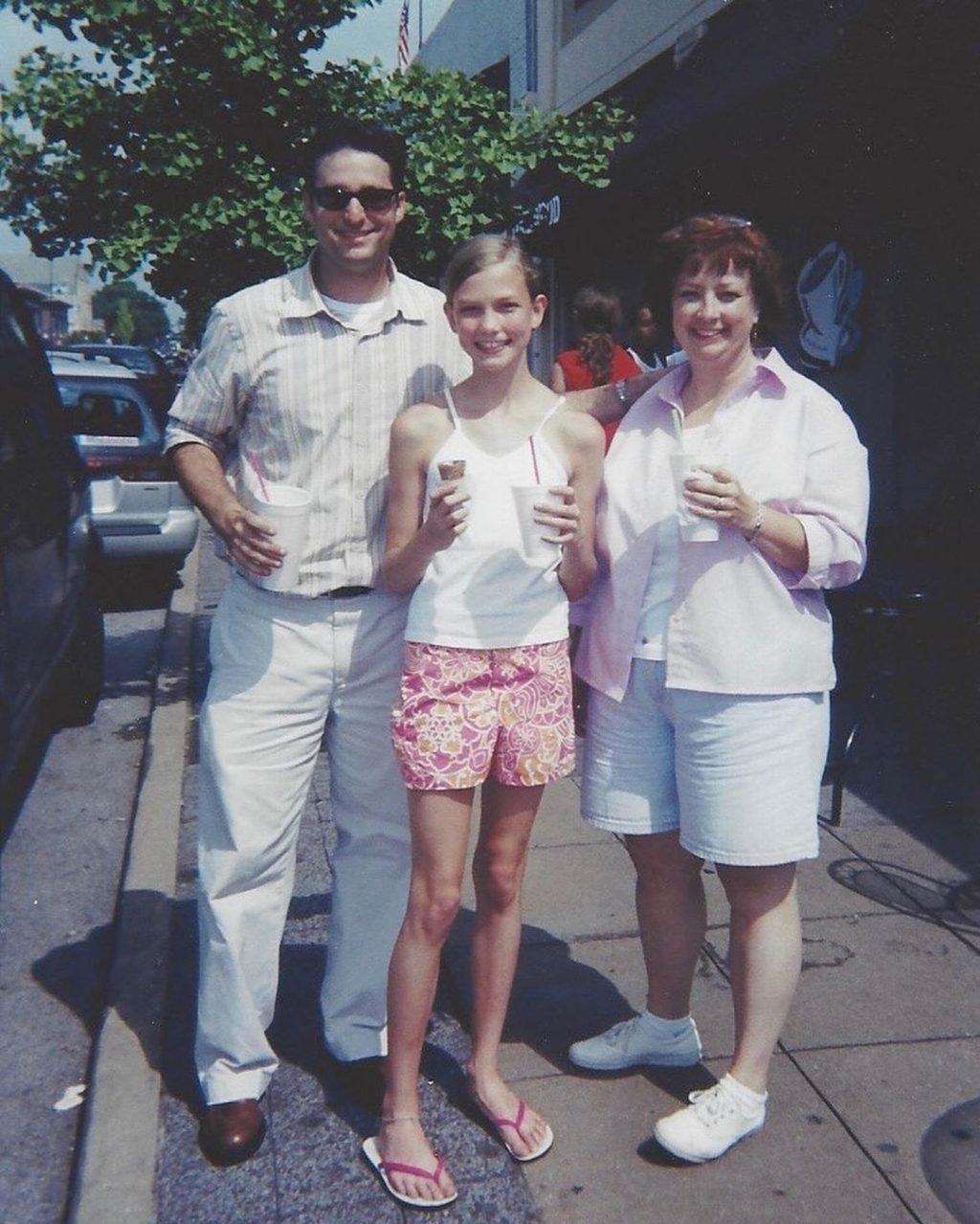 Карли Клосс с родителями