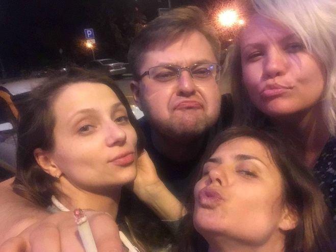 Андрей Никулин с девушками