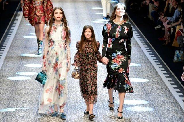 Анна Бростем с дочками на показе