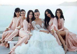 ксения дели в свадебной платье с подругами