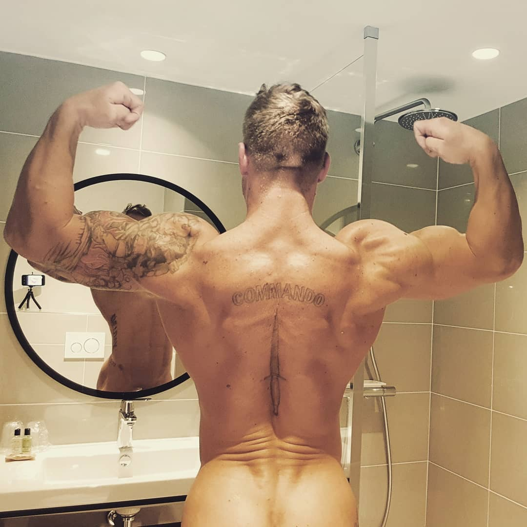 Люк Харди перед зеркалом