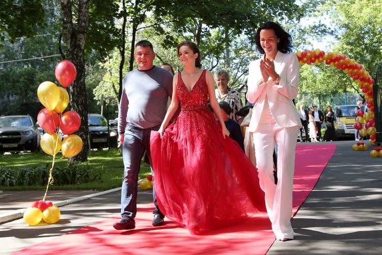На выпускной вечер Александра пришла с мамой и отцом