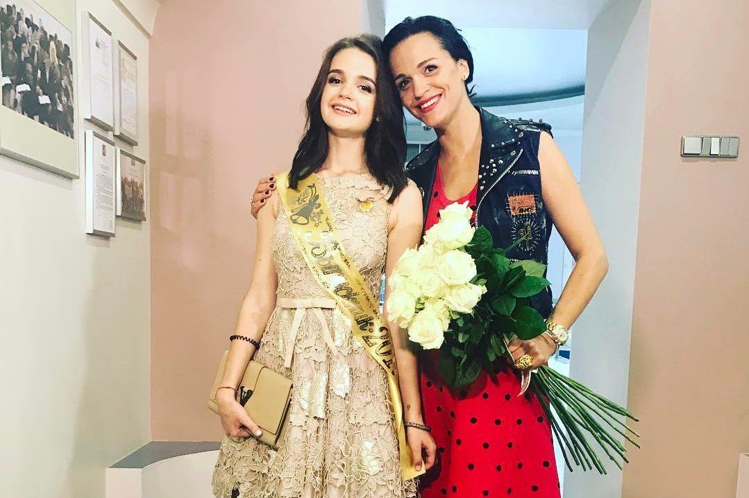 Александра с мамой на вручении диплома