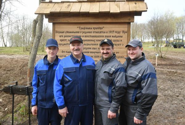 Николай Лукашенко с отцом и братьями