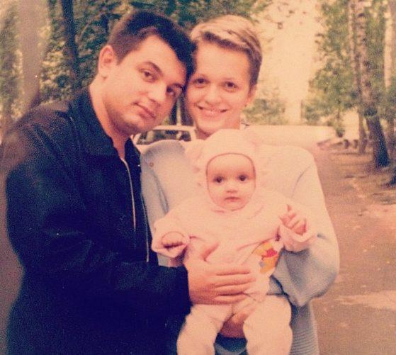 Александра Морозова в детстве с мамой и отцом