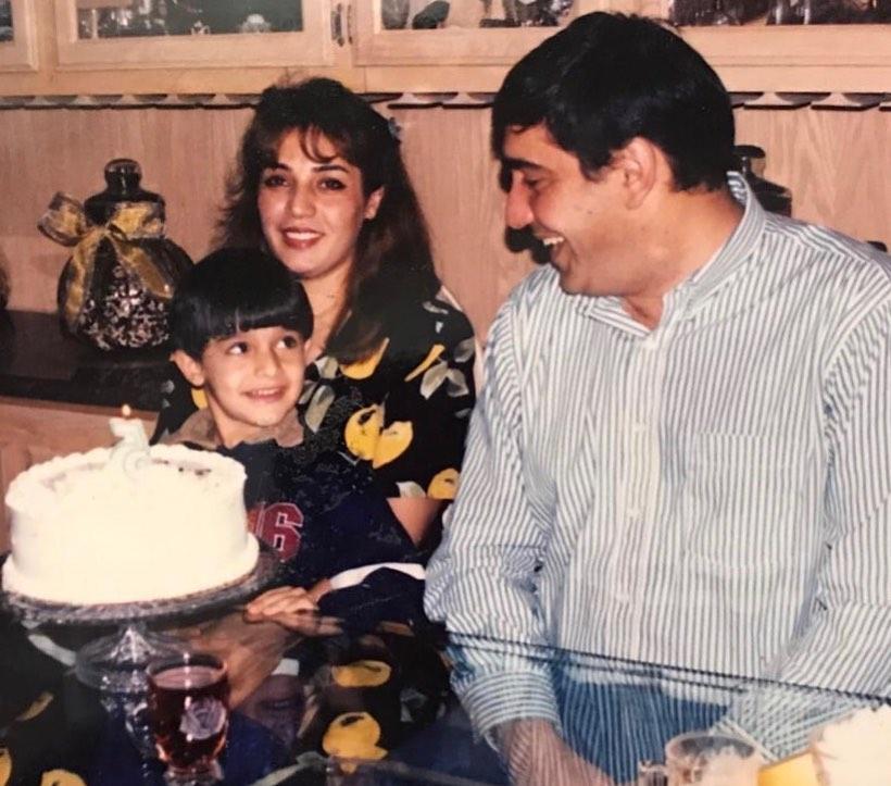 Сэм Асгари в детстве с родными