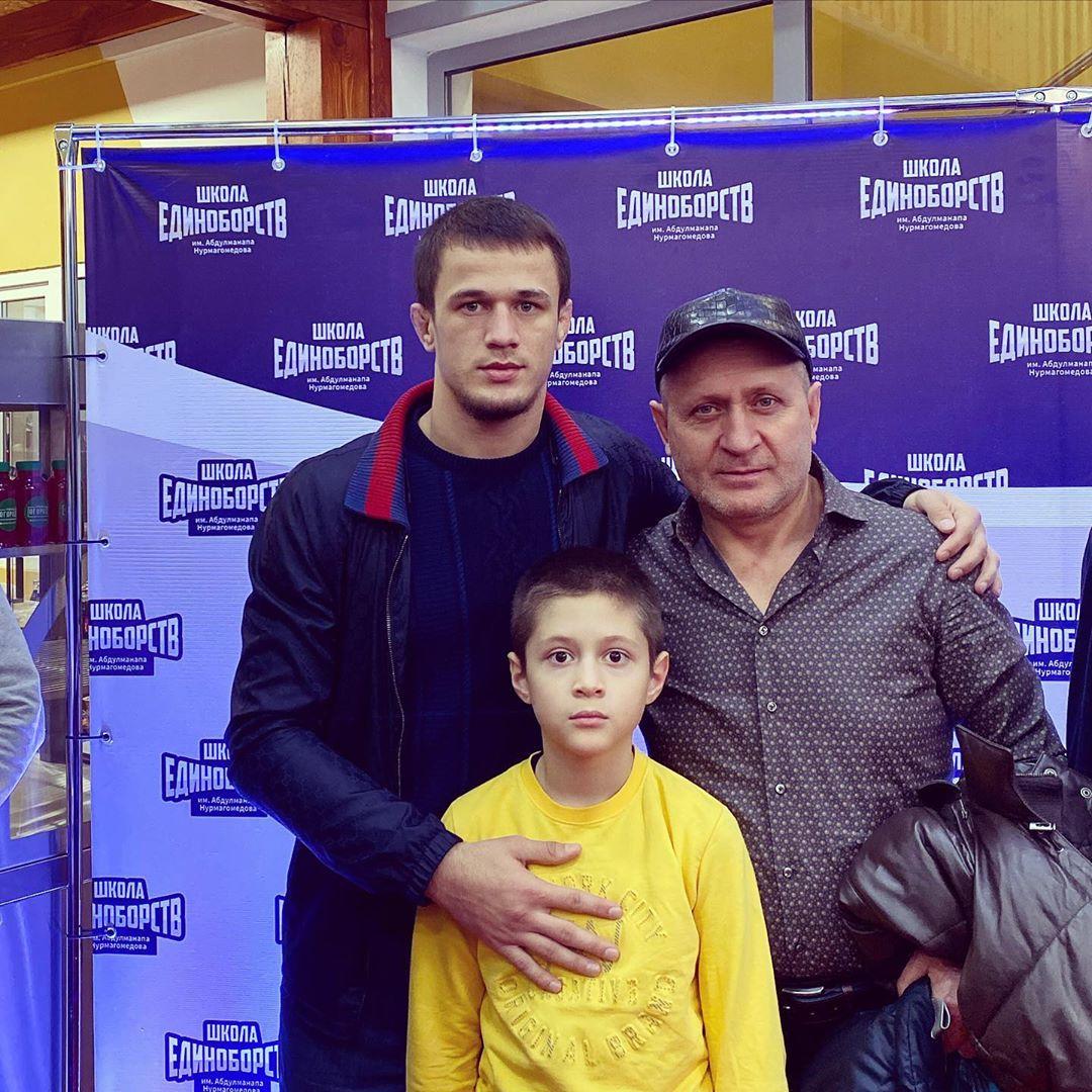 Фото Усмана Нурмагомедова с дядей и младшим братом