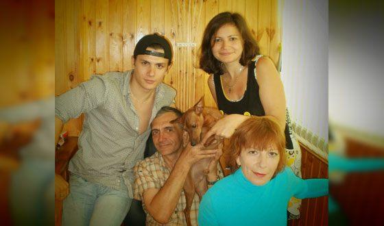 Юрий Николаенко с родителями, сестрой