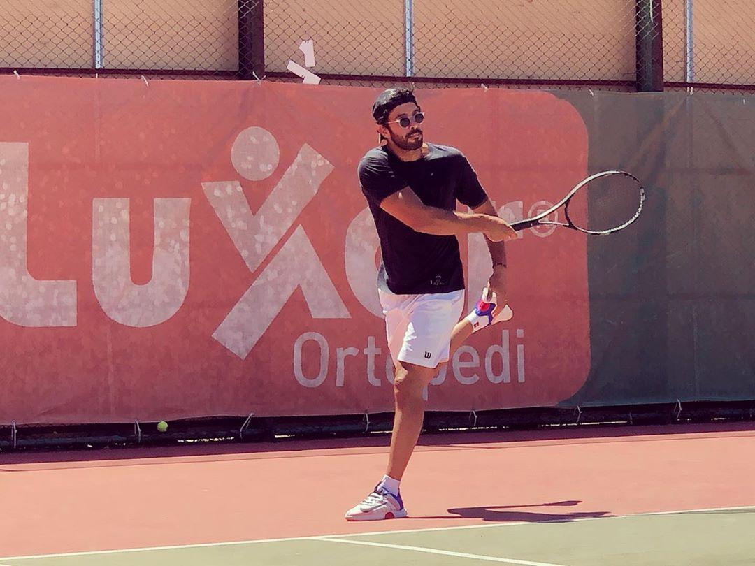 Барыш Ардуч играет в теннис