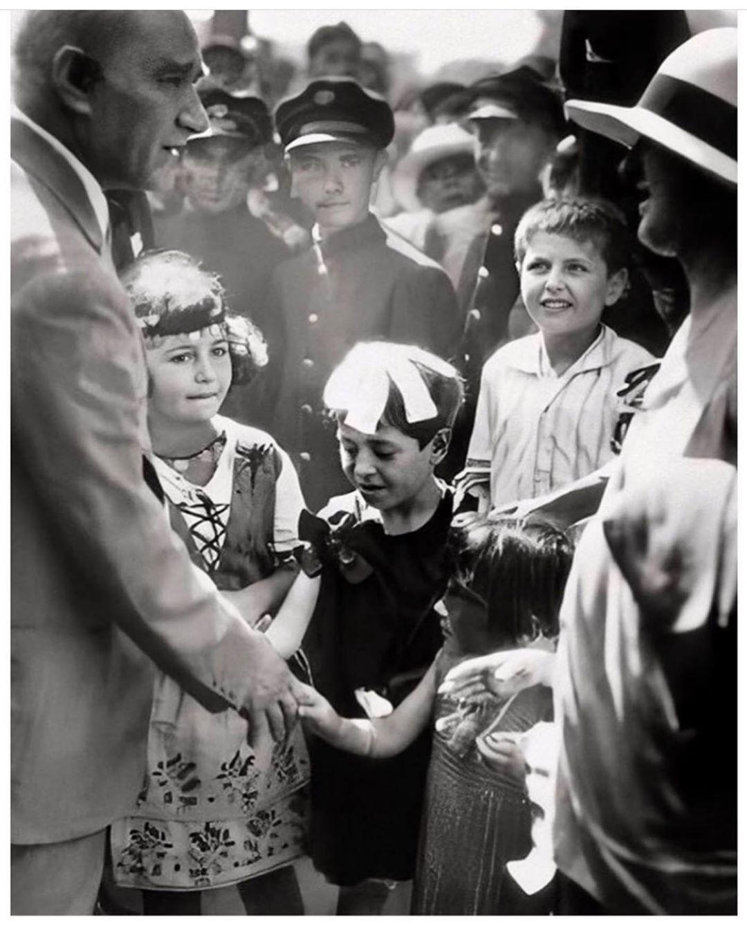 Барыш Ардуч в детстве (мальчик в центре)