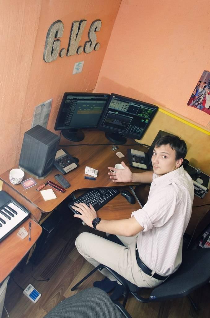 Денис Сужачёв в своей студии