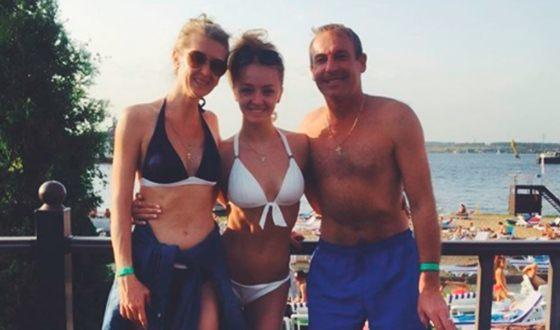 Фигуристка Александра Степанова с родителями