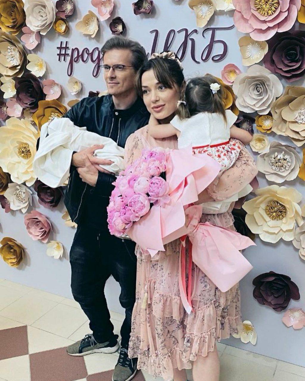 Глеб Матвейчук с Еленой Глазковой, дочерью Алисой и новорожденным сыном Александром