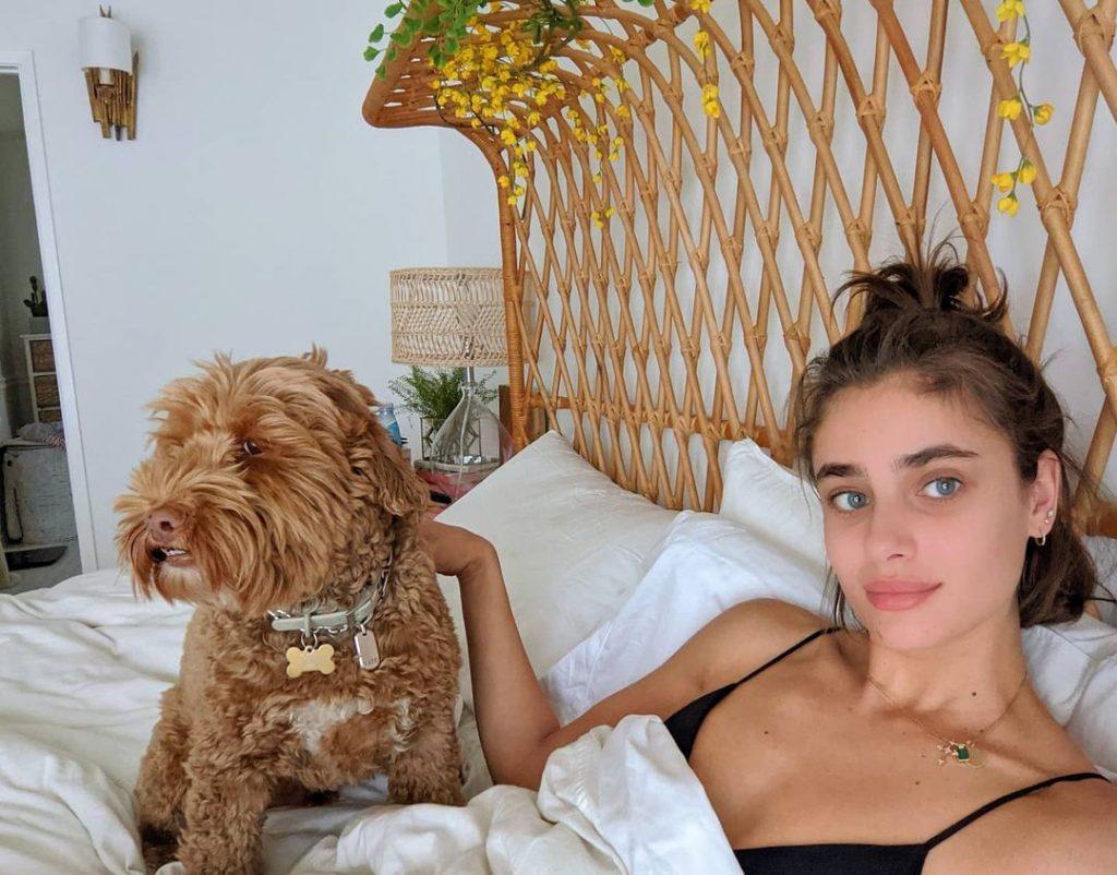 Тейлор Хилл со своей собачкой