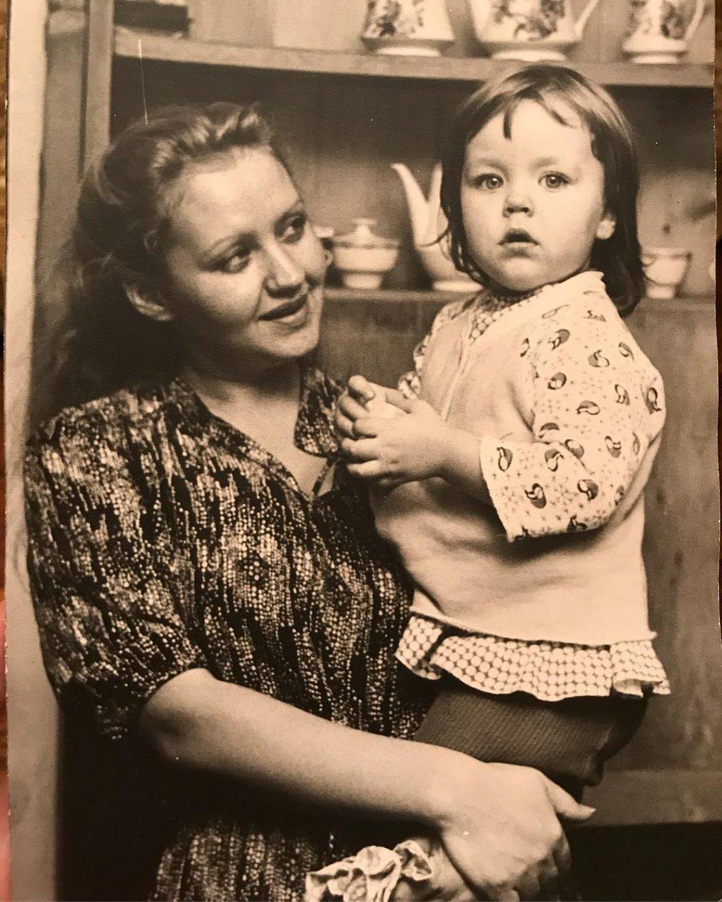Ульяна Сергеенко в детстве с мамой