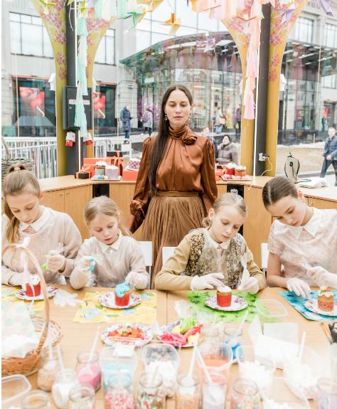 Ольга Томпсон с дочка на пасхальной ярмарке