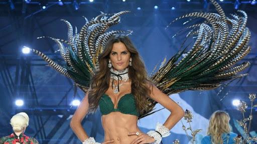Изабель Гулар на показе с крыльями